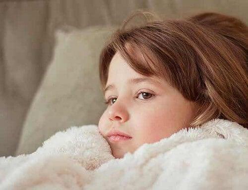Bambina con influenza.