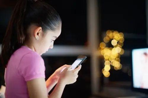 Bambina con smartphone.