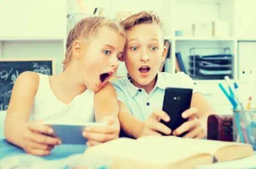 Bambini con il cellulare.
