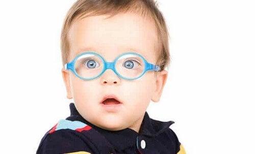 Bambino con problemi di vista.