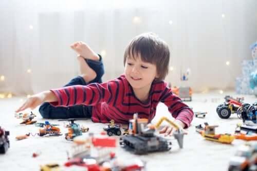 Bambino che gioca e parla da solo.