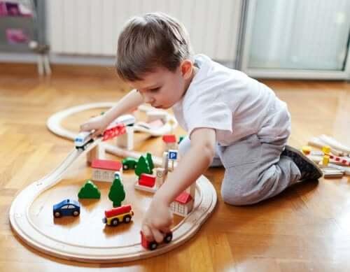 Bimbo che gioca con un trenino.
