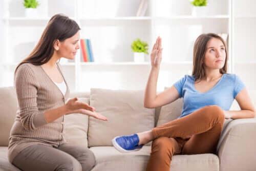 Madre che cerca di parlare con sua figlia adolescente.