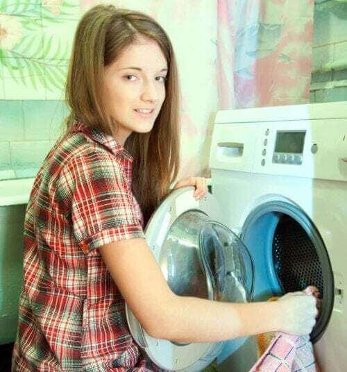 Figlia che fa la lavatrice.