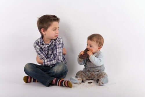 Bambino che si sente geloso di suo fratello e mostra cambiamenti comportamentali.