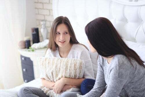Madre che parla con sua figlia per insegnarle la gestione assertiva dei conflitti.