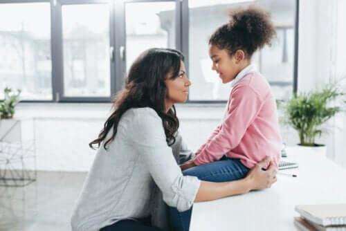 Madre che parla con sua figlia sulla gestione assertiva dei conflitti.