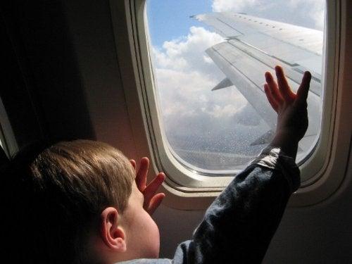 Come viaggiare in aereo con i bambini