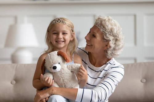 Nonna e nipote che giocano a fare la regina e la principessa.