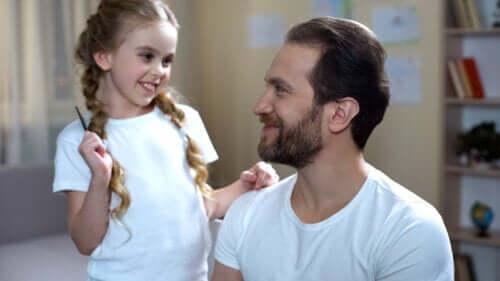 Padre e figlia che giocano per stimolare l'espressione non verbale.