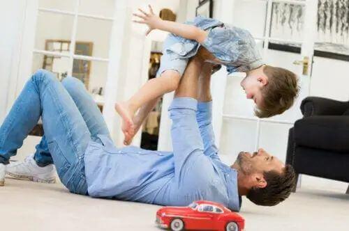 Papà che gioca con il figlio.