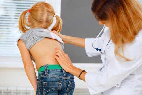 Mal di schiena nei bambini: cosa fare (e cosa no)