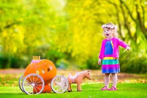 Bambina che gioca nel giardino di casa.