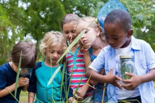 Bambini in mezzo alla natura.