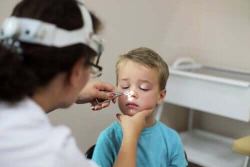 Bambino al pediatra che fa una visita medica.