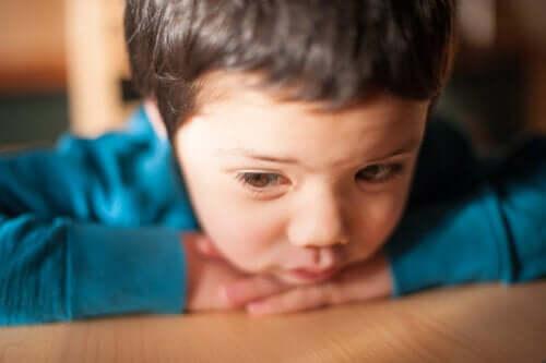 Bimbo triste con maglia blu.
