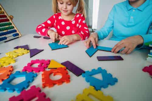 Bambina che impara la matematica giocando.