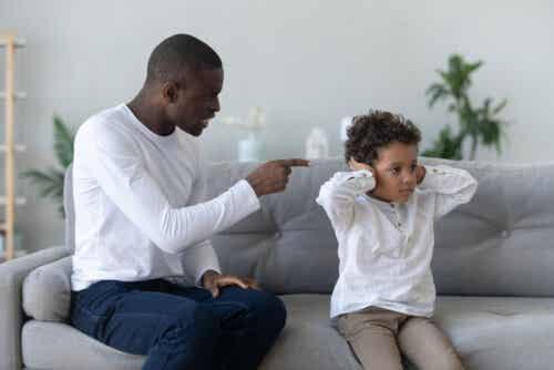 Padre che rimprovera suo figlio.