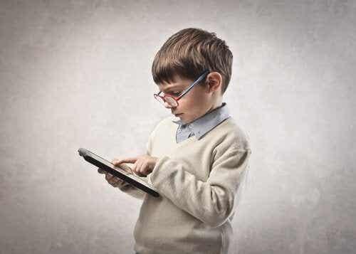 Consigli per i genitori con figli dipendenti da tablet