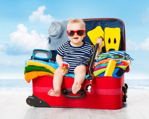 La valigia per bebè in vacanza: cosa non può mancare