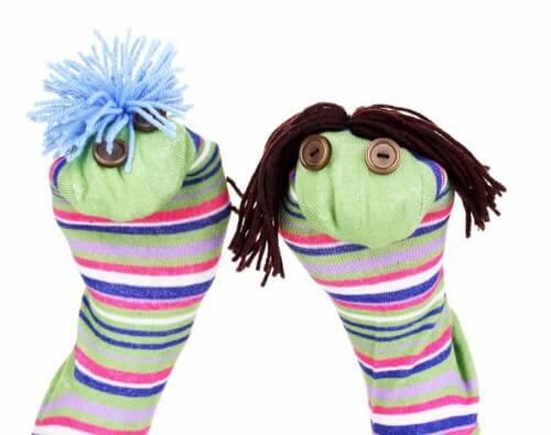 Creare delle marionette con i calzini.