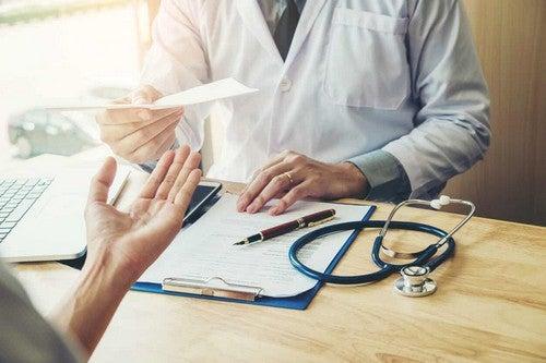 Medico prescrive farmaci in gravidanza.