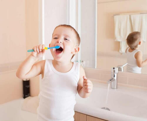 Bimbo si lava i denti.